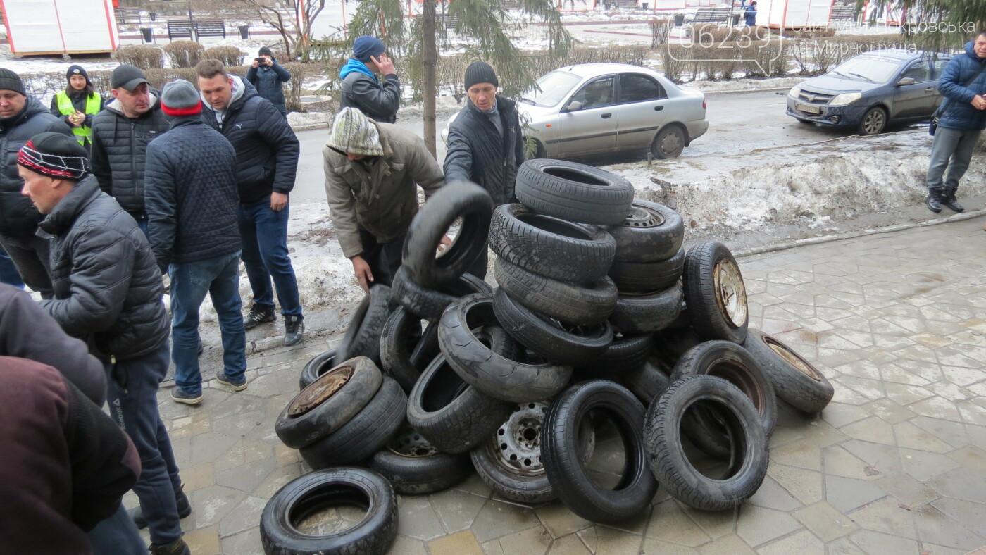 Покровские водители принесли испорченные шины под мэрию, фото-19