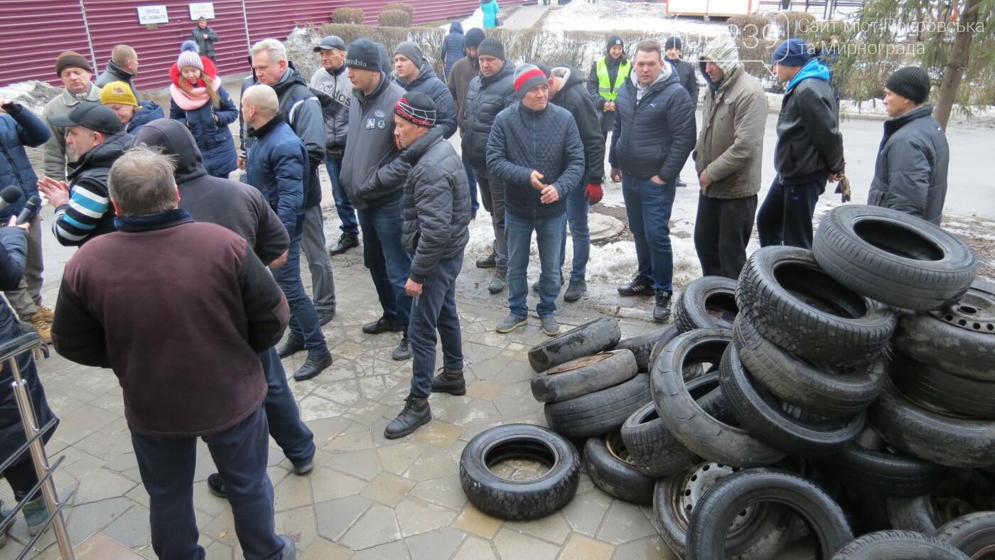 Покровские водители принесли испорченные шины под мэрию, фото-20