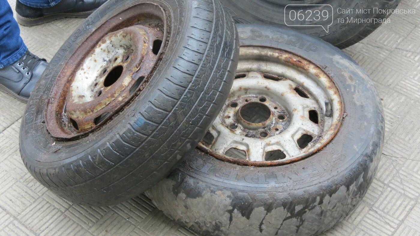 Покровские водители принесли испорченные шины под мэрию, фото-22
