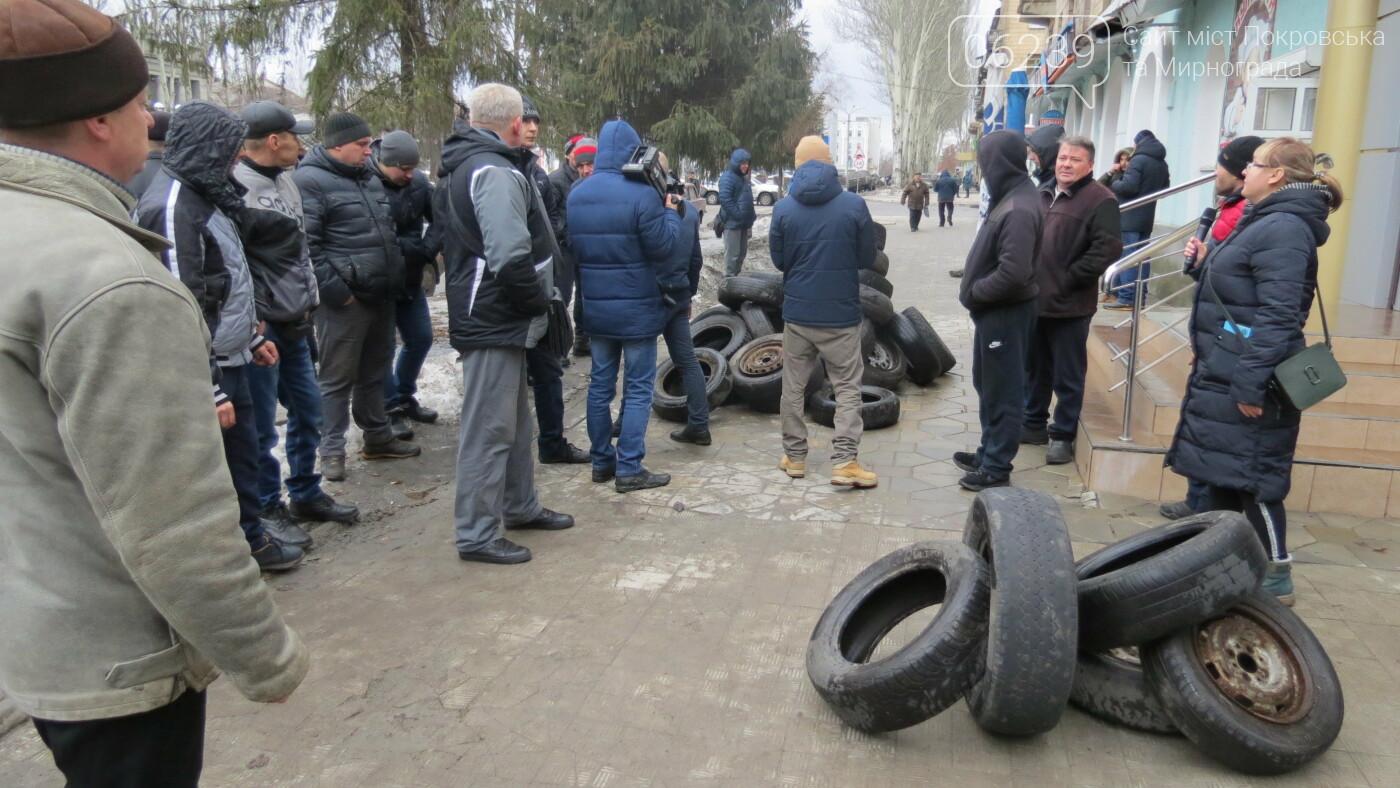 Покровские водители принесли испорченные шины под мэрию, фото-24