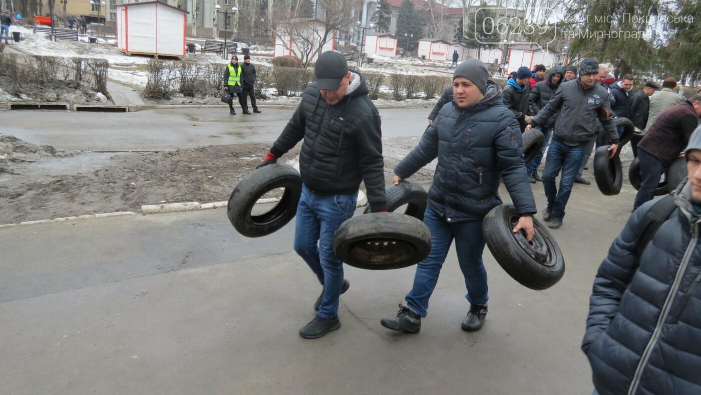 Покровские водители принесли испорченные шины под мэрию, фото-1