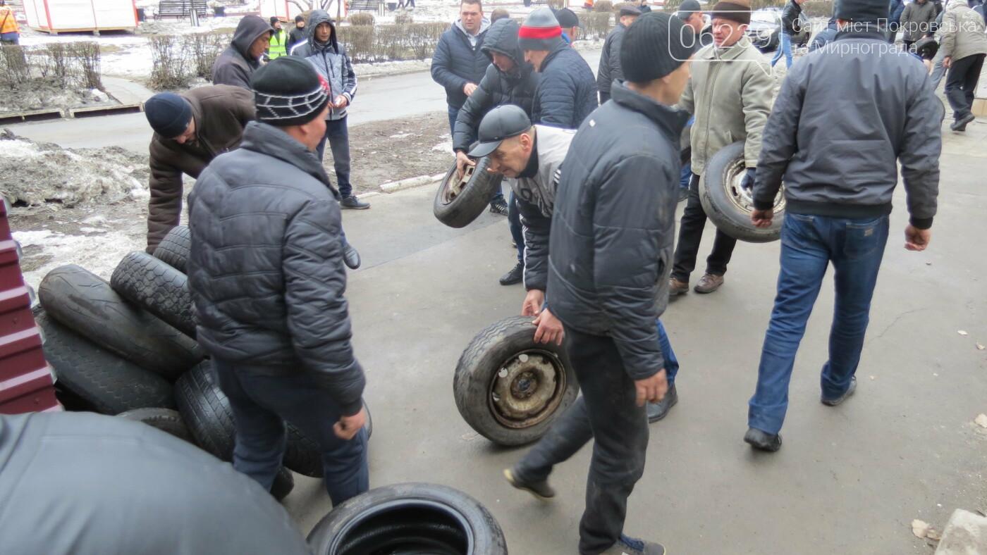 Покровские водители принесли испорченные шины под мэрию, фото-3
