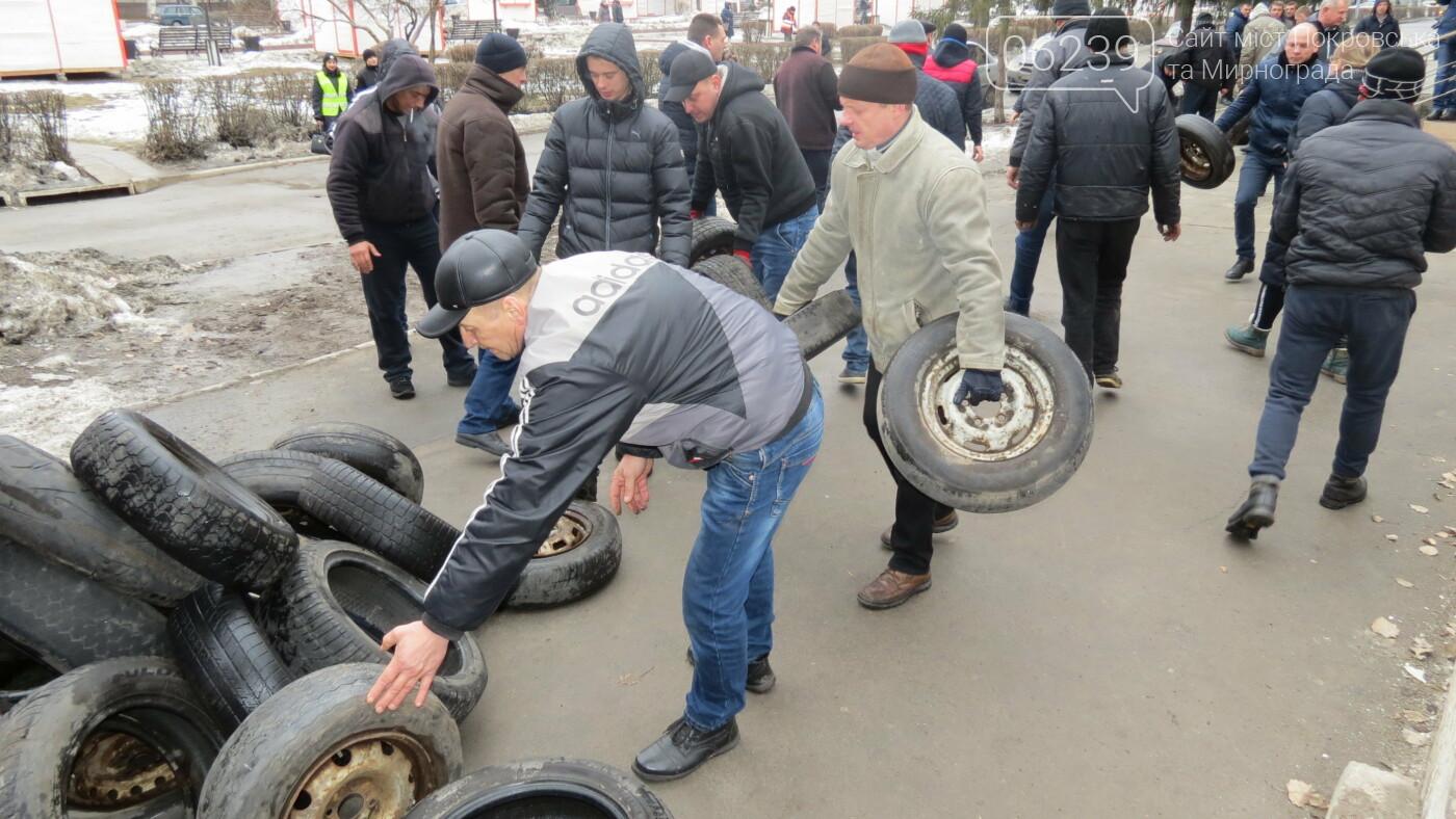 Покровские водители принесли испорченные шины под мэрию, фото-4