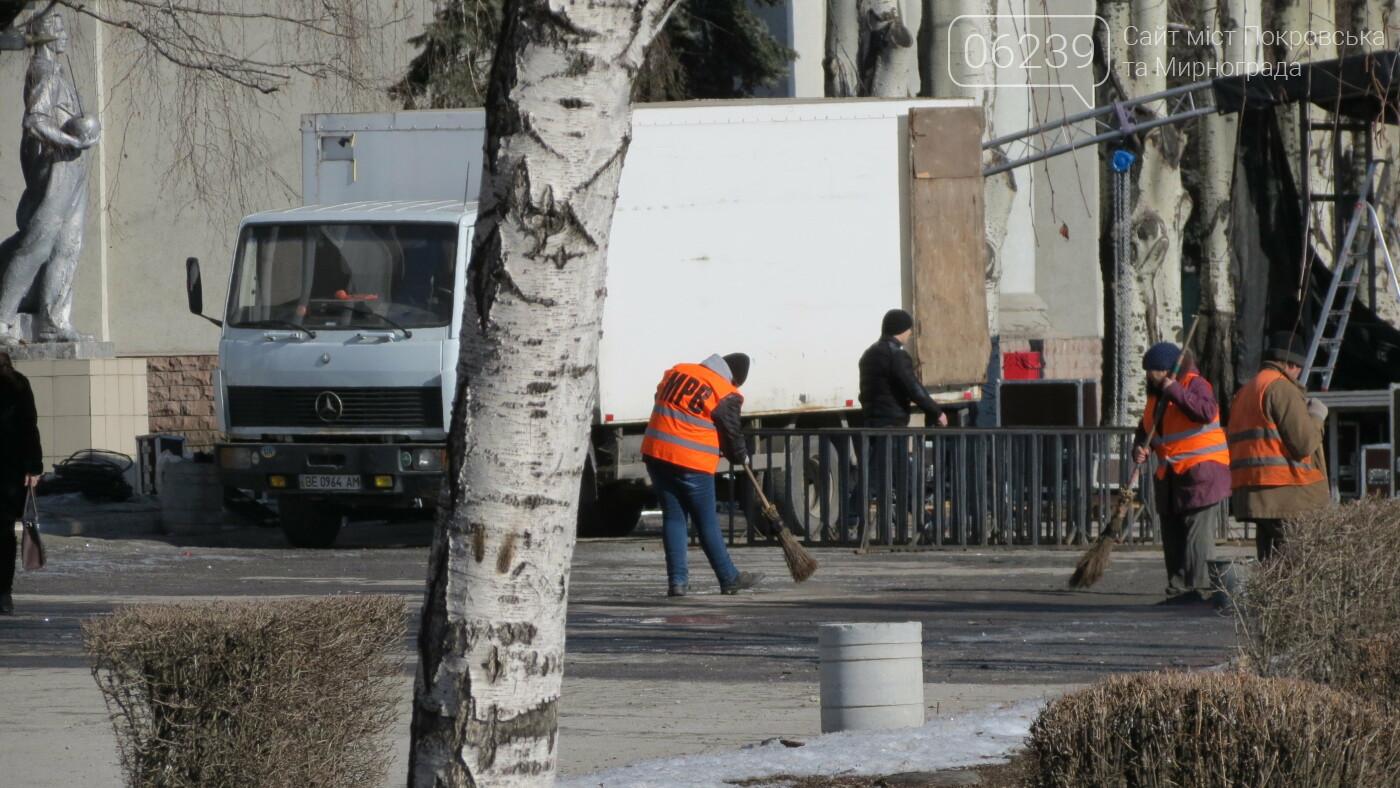 В Покровске начали устанавливать сцену для празднования Дня влюблённых, фото-2