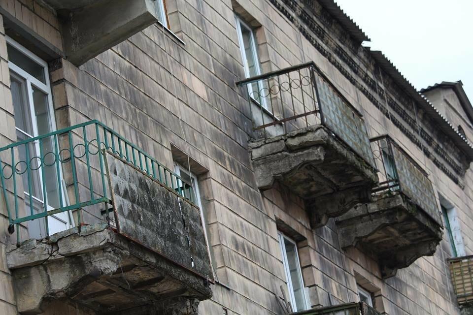 Опасный Покровск: на проспекте Шахтостроителей ветхие балконы угрожают жизни покровчан, фото-1