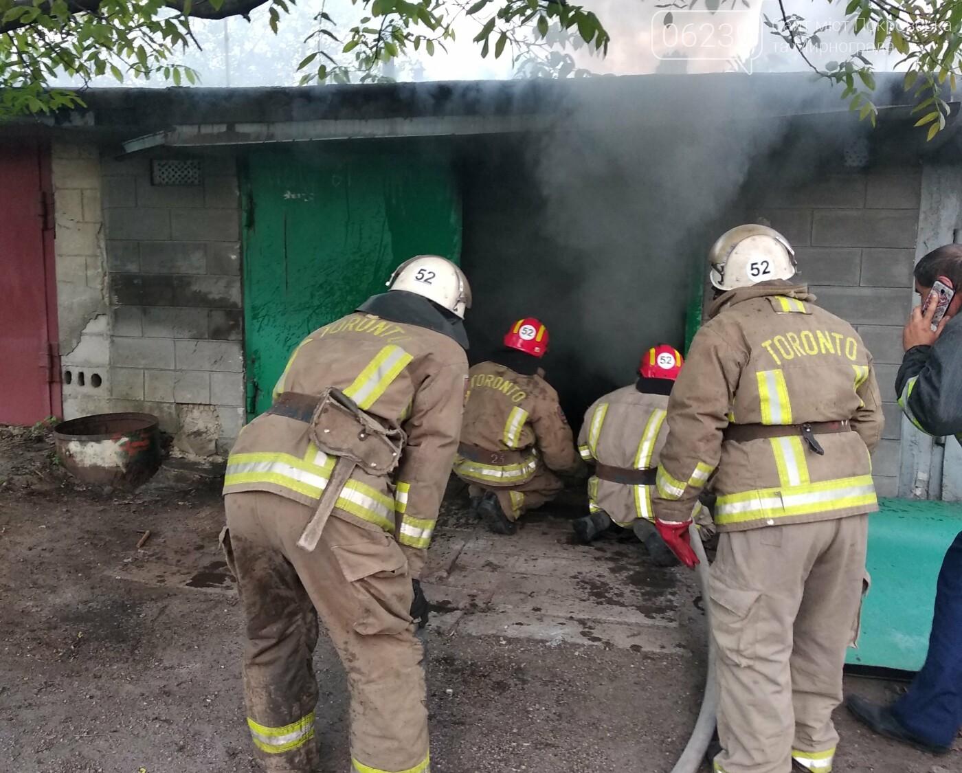 Сегодня утром в Мирнограде горел легковой автомобиль внутри одного из гаражей, фото-2