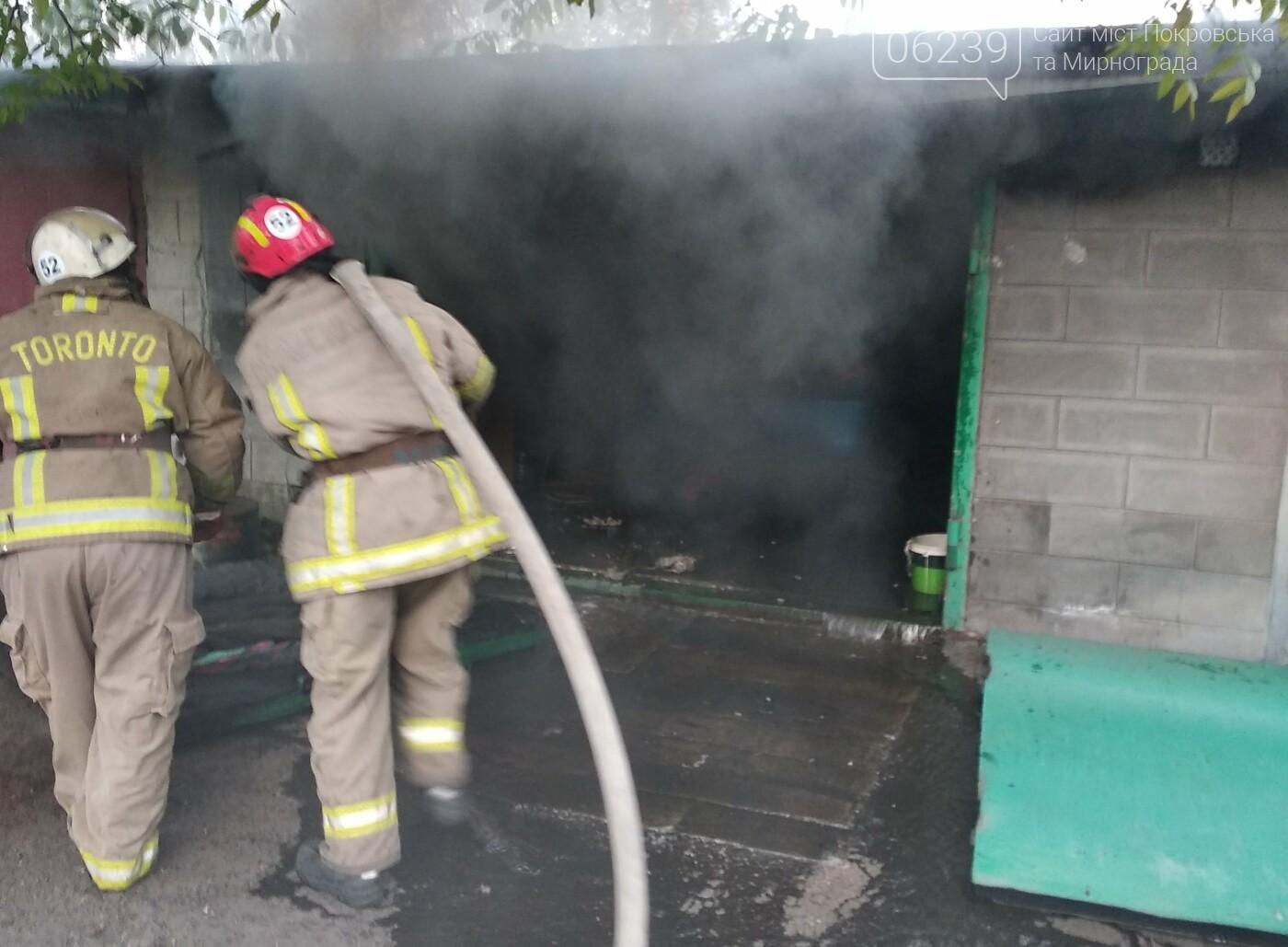 Сегодня утром в Мирнограде горел легковой автомобиль внутри одного из гаражей, фото-3
