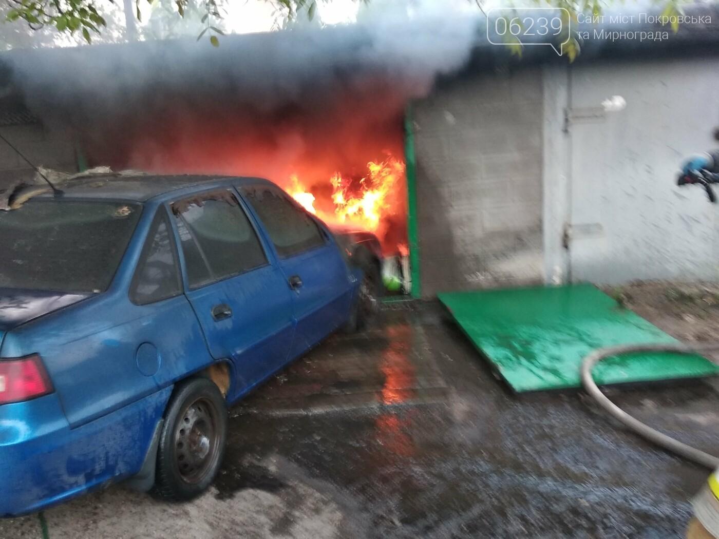 Сегодня утром в Мирнограде горел легковой автомобиль внутри одного из гаражей, фото-4