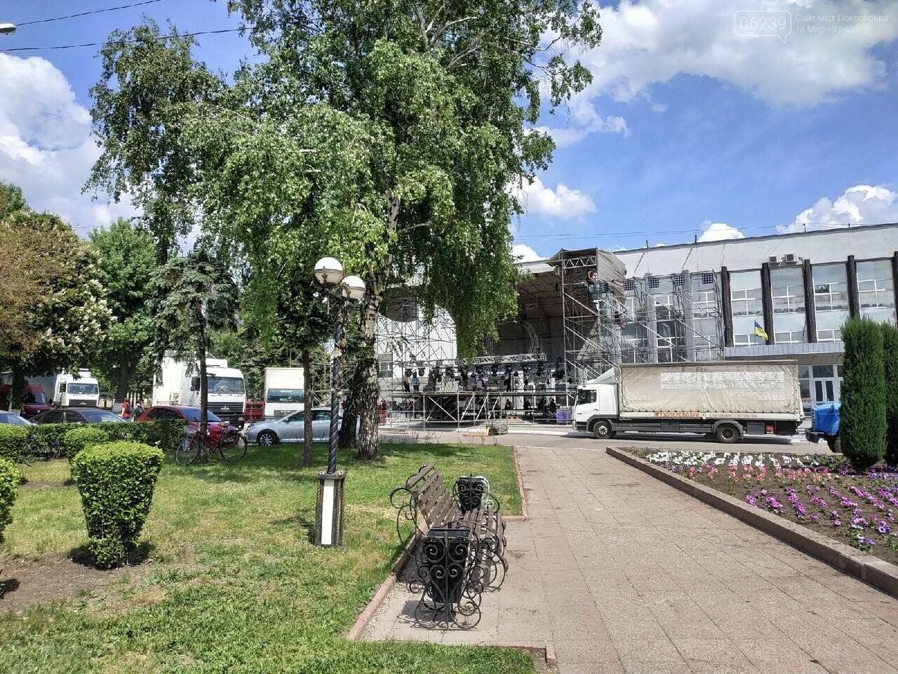 В Покровске на площади Шибанкова проходит подготовка ко Дню Европы, фото-1