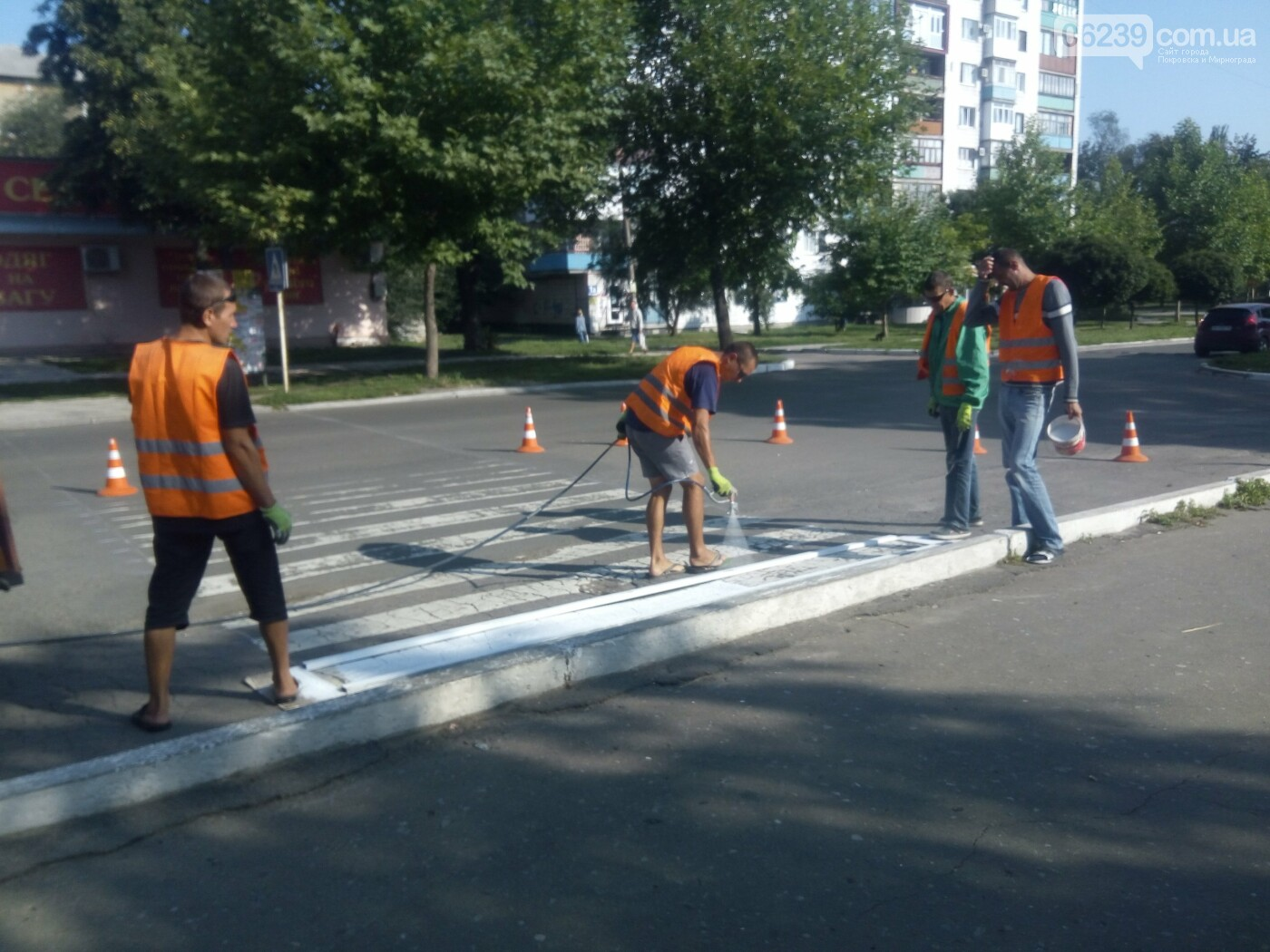 В Покровске коммунальщики обновляют пешеходные переходы , фото-1