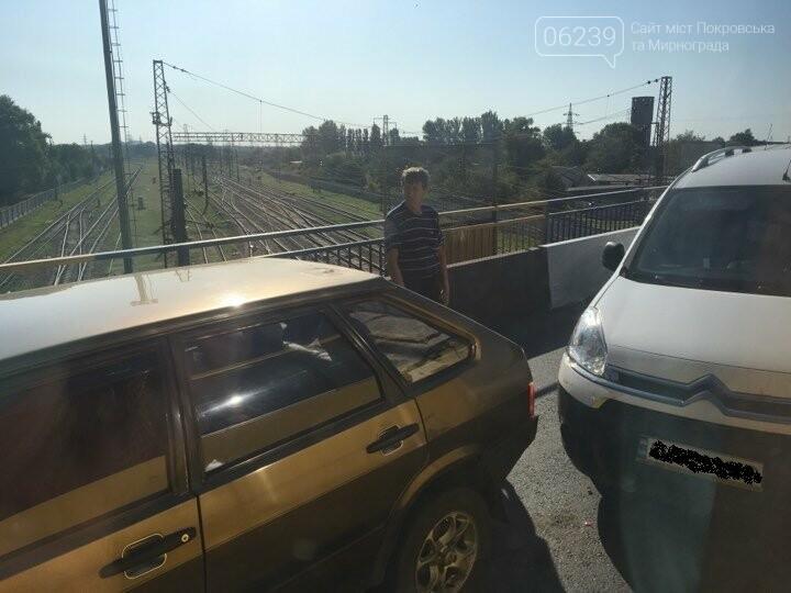 """Утром в Покровске из-за незначительного ДТП на """"горбатом мосту"""" было затруднено движение, фото-1"""