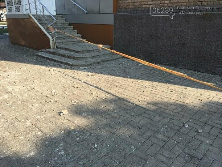 В Покровске после ремонта кровли коммунальщики оставили кучи мусора , фото-1