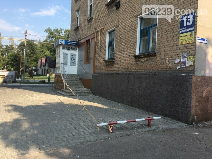 В Покровске после ремонта кровли коммунальщики оставили кучи мусора , фото-2