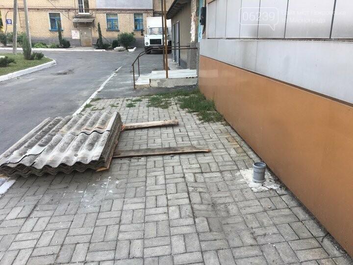 В Покровске после ремонта кровли коммунальщики оставили кучи мусора , фото-3