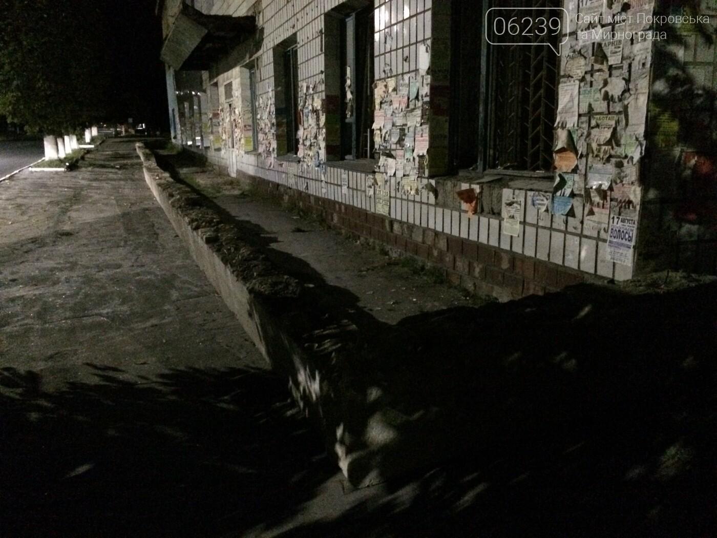 В Мирнограде обезопасили проход возле аварийного здания бывшего ИВЦ, фото-2