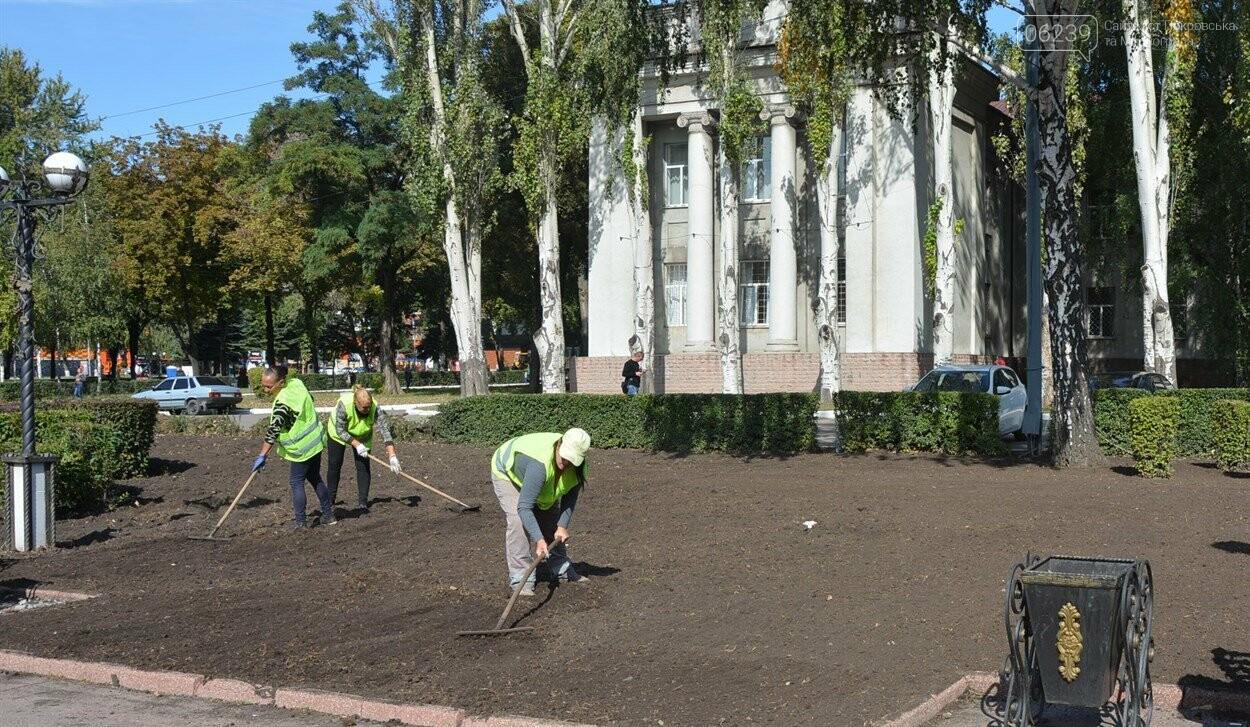 На главной площади Покровска продолжаются работы по озеленению и благоустройству, фото-1