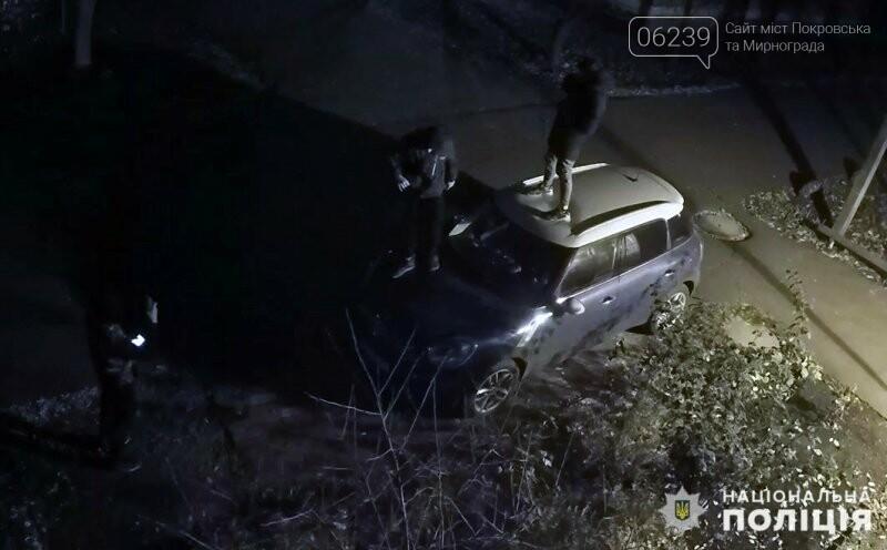 Полицейские установили личности подростков, которые ночью повредили автомобиль покровчанки, фото-1