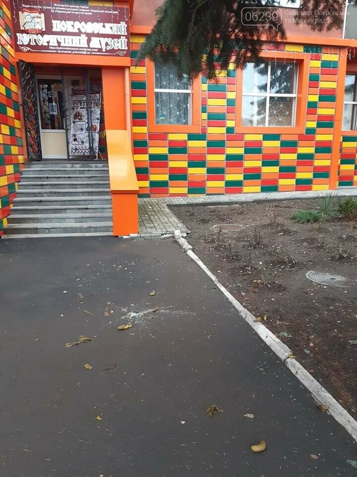 Жильцы многоквартирного дома в Покровске выбрасывают мусор прямо с балкона, фото-3