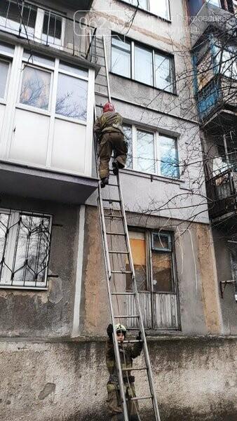 Спасатели Мирнограда открывали дверь квартиры, в которой закрылся ребенок, фото-1