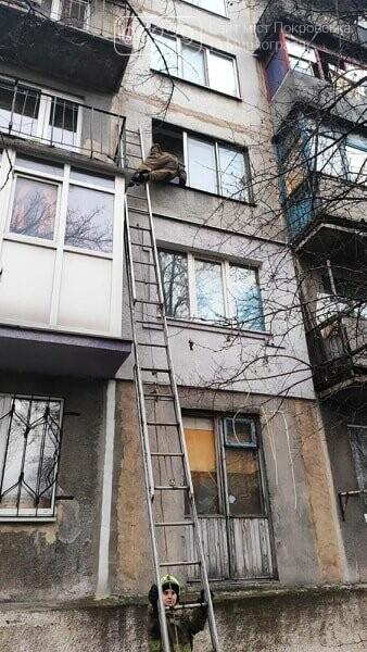 Спасатели Мирнограда открывали дверь квартиры, в которой закрылся ребенок, фото-2