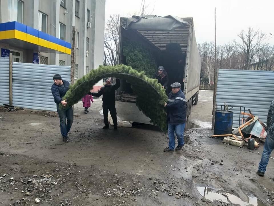 В Покровск сегодня доставили новогоднюю ёлку за миллион, фото-4