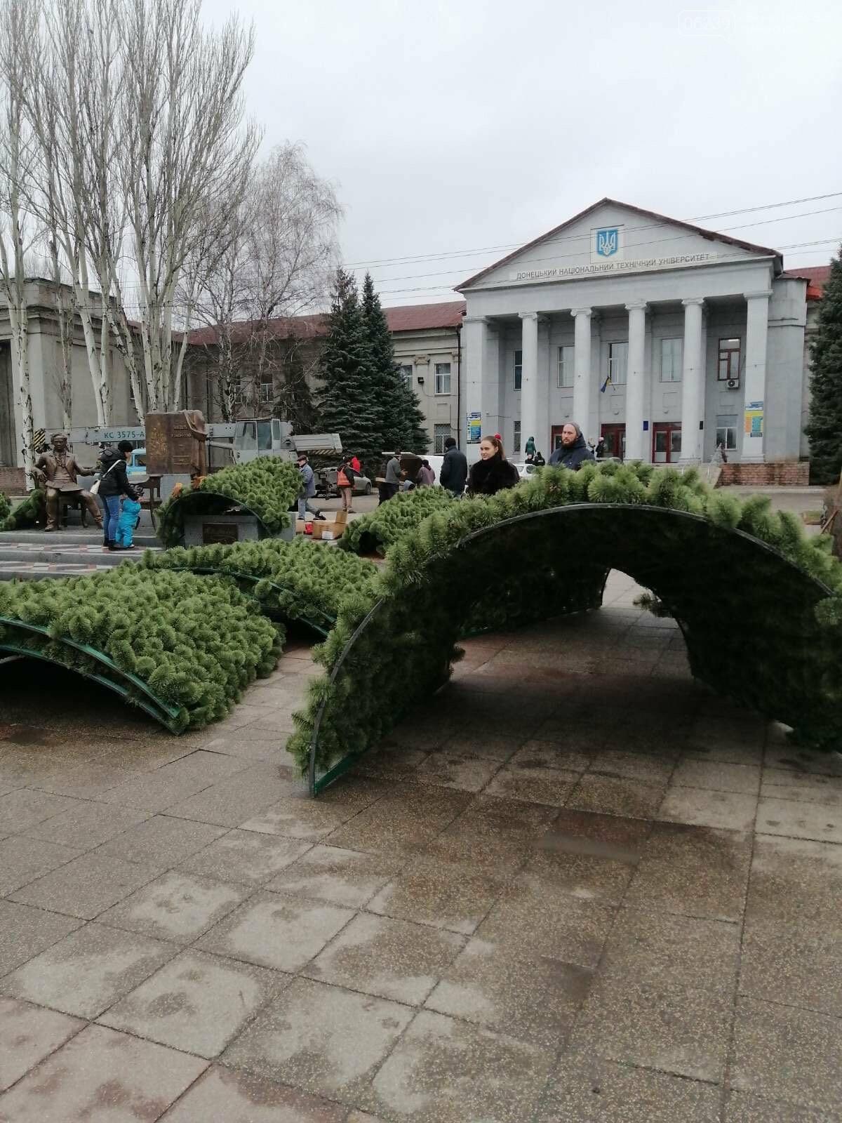 В Покровске начался монтаж главной елки города, фото-1