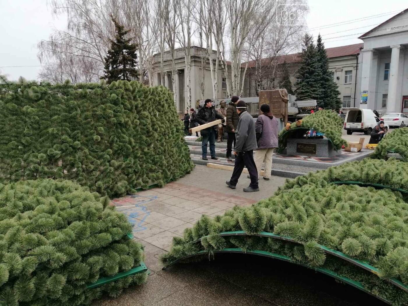 В Покровске начался монтаж главной елки города, фото-9
