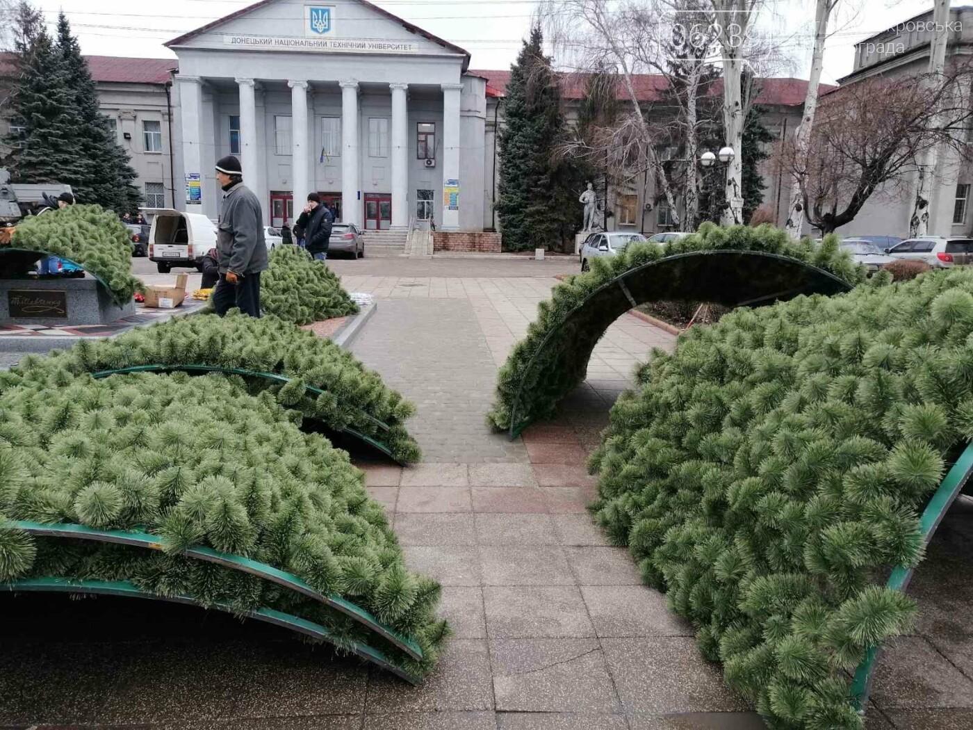 В Покровске начался монтаж главной елки города, фото-10