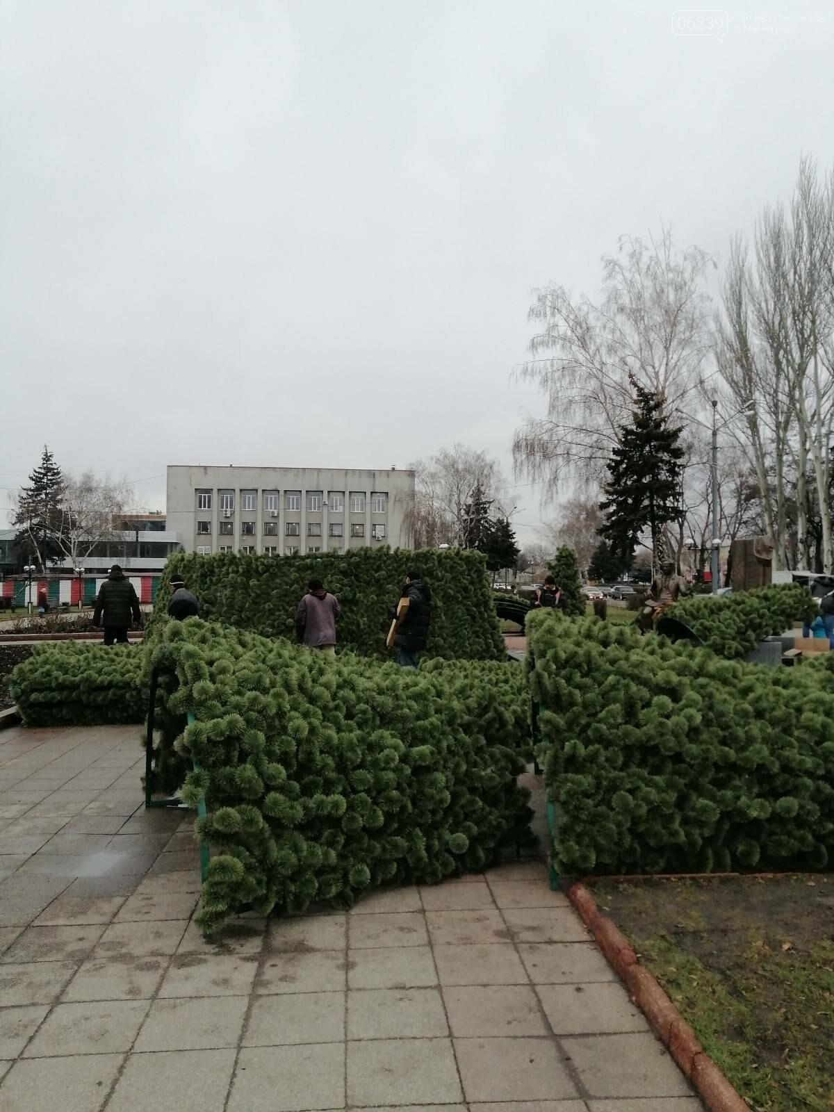 В Покровске начался монтаж главной елки города, фото-12