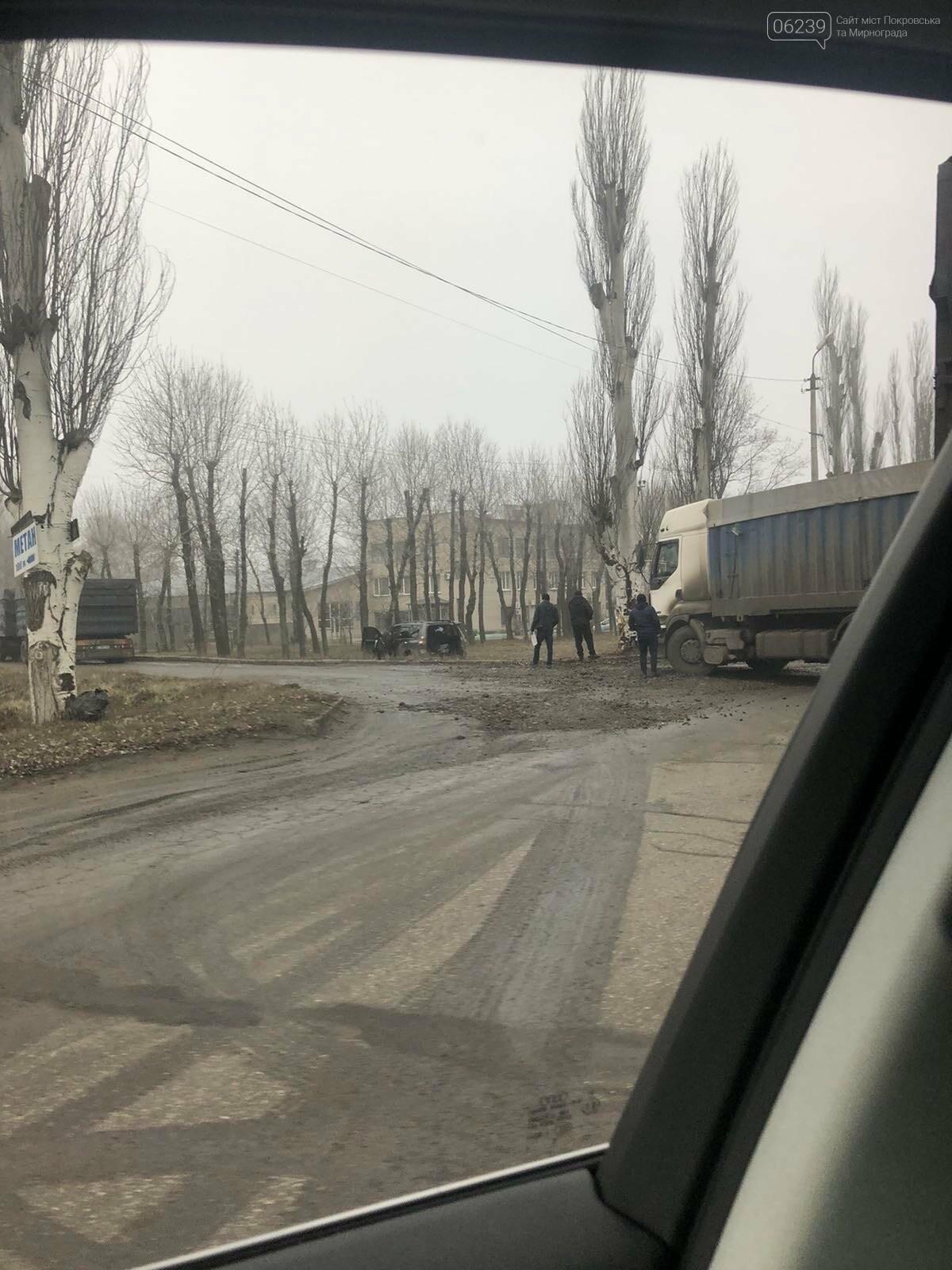 Пострадавших нет: в Покровске столкнулись Toyota и грузовик, фото-2