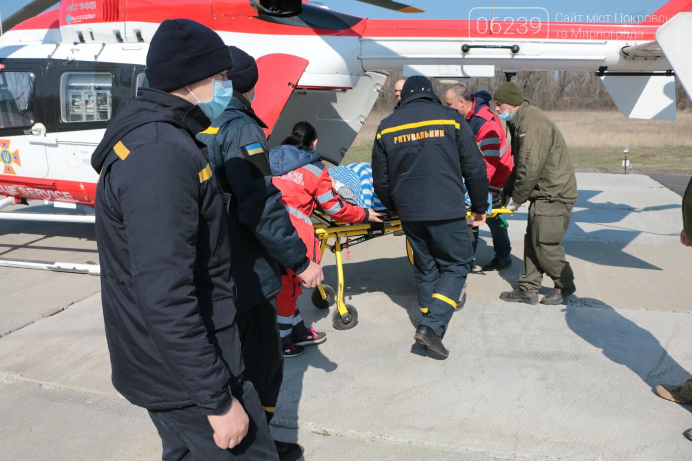 Вертоліт ДСНС транспортував з Покровська до столиці вагітну у важкому стані , фото-1