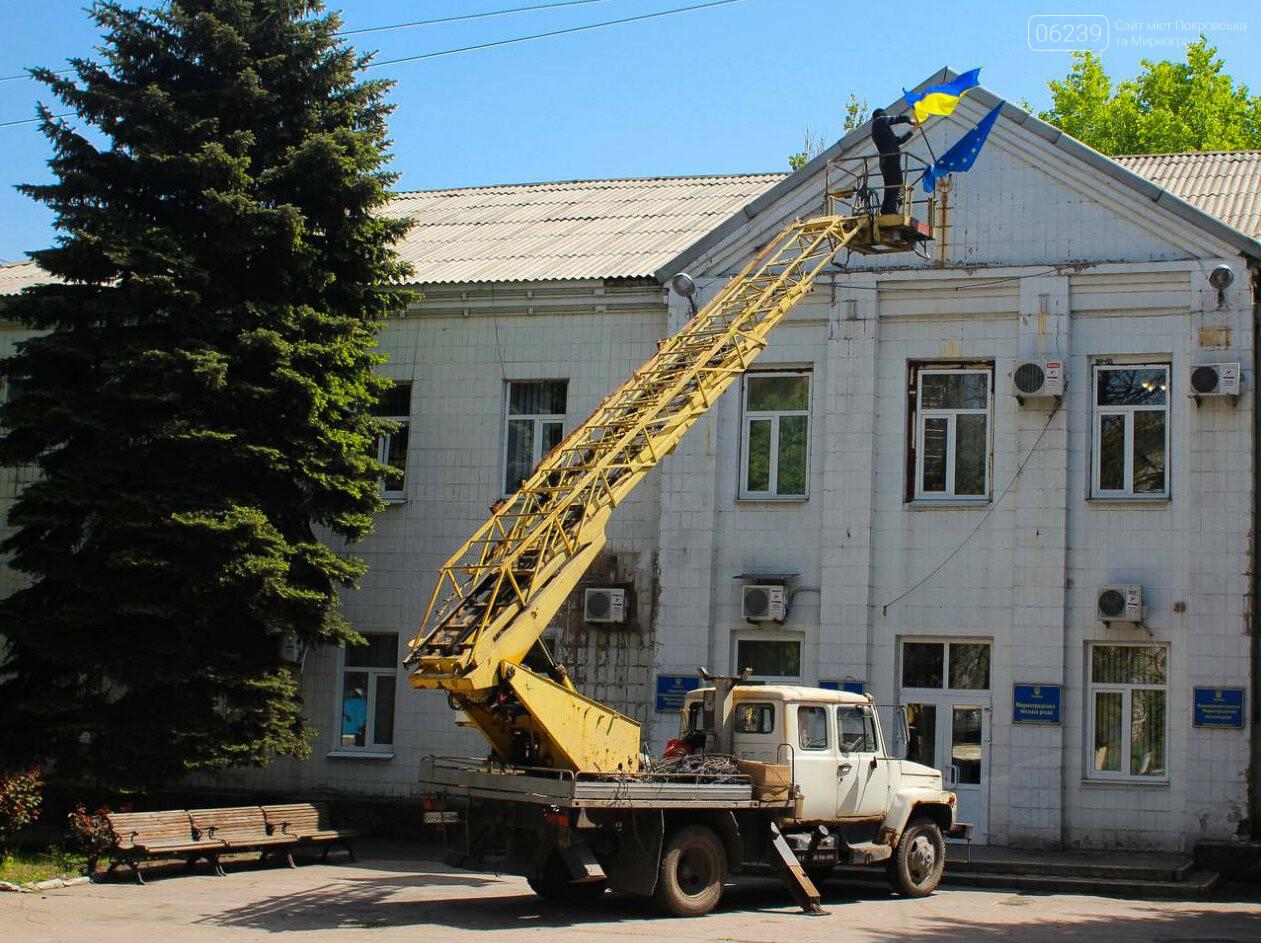 """В Мирнограде в честь """"Дня Евпропы"""" над зданием горсовета вывесили флаг Евросоюза , фото-3"""