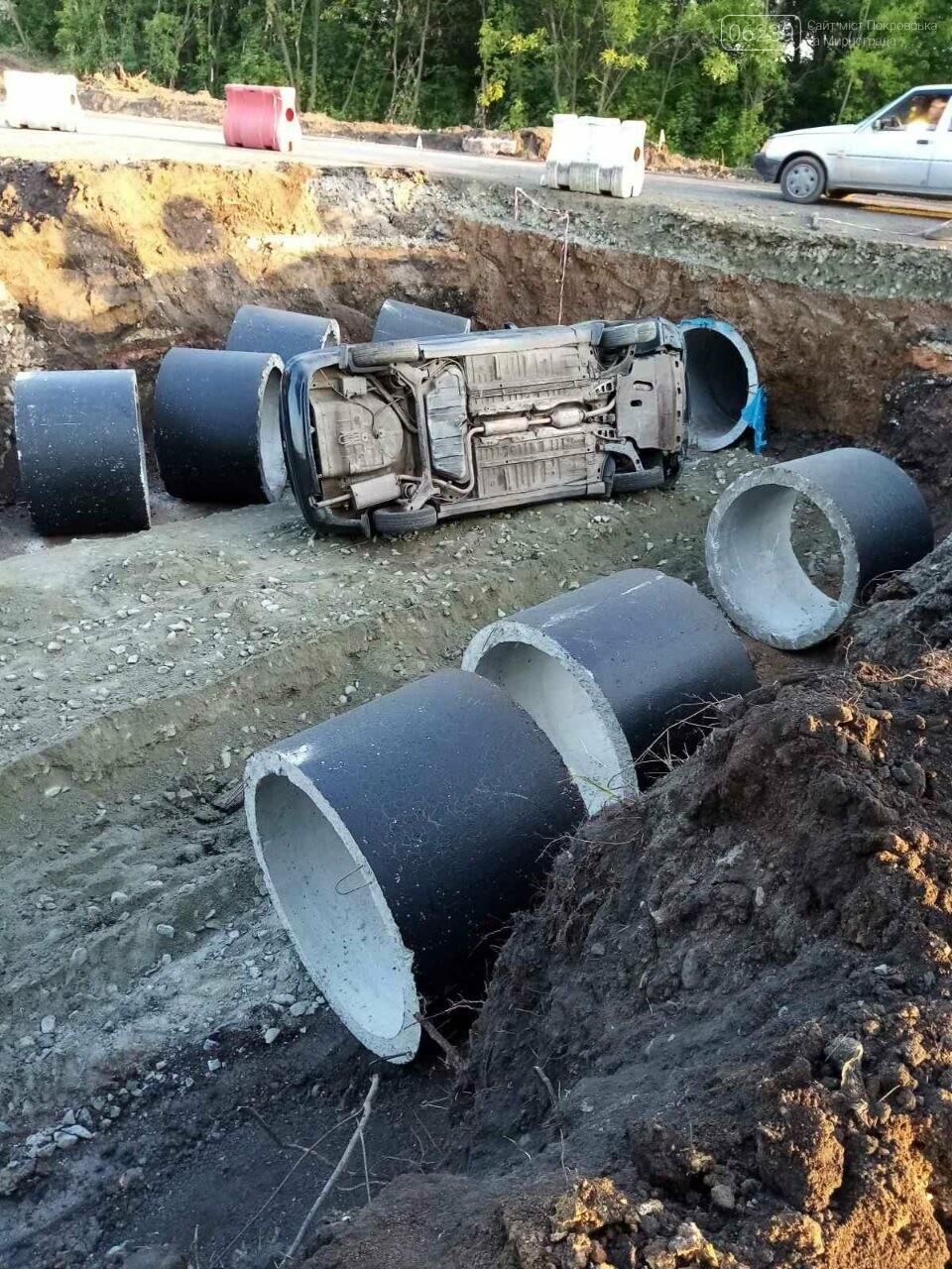 Между Покровском и Мирноградом автомобиль попал в дорожную ремонтную яму , фото-1