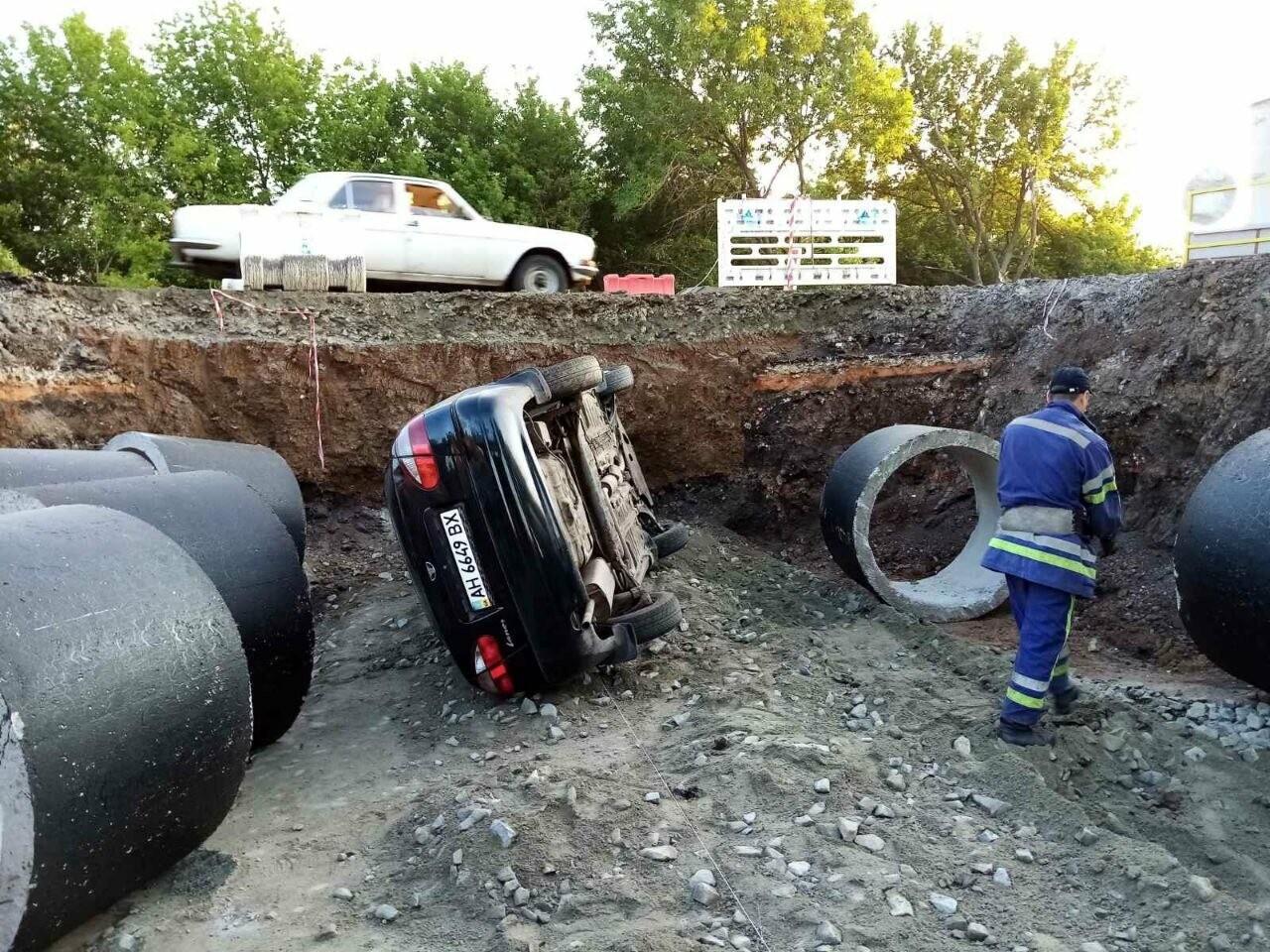 Между Покровском и Мирноградом автомобиль попал в дорожную ремонтную яму , фото-2