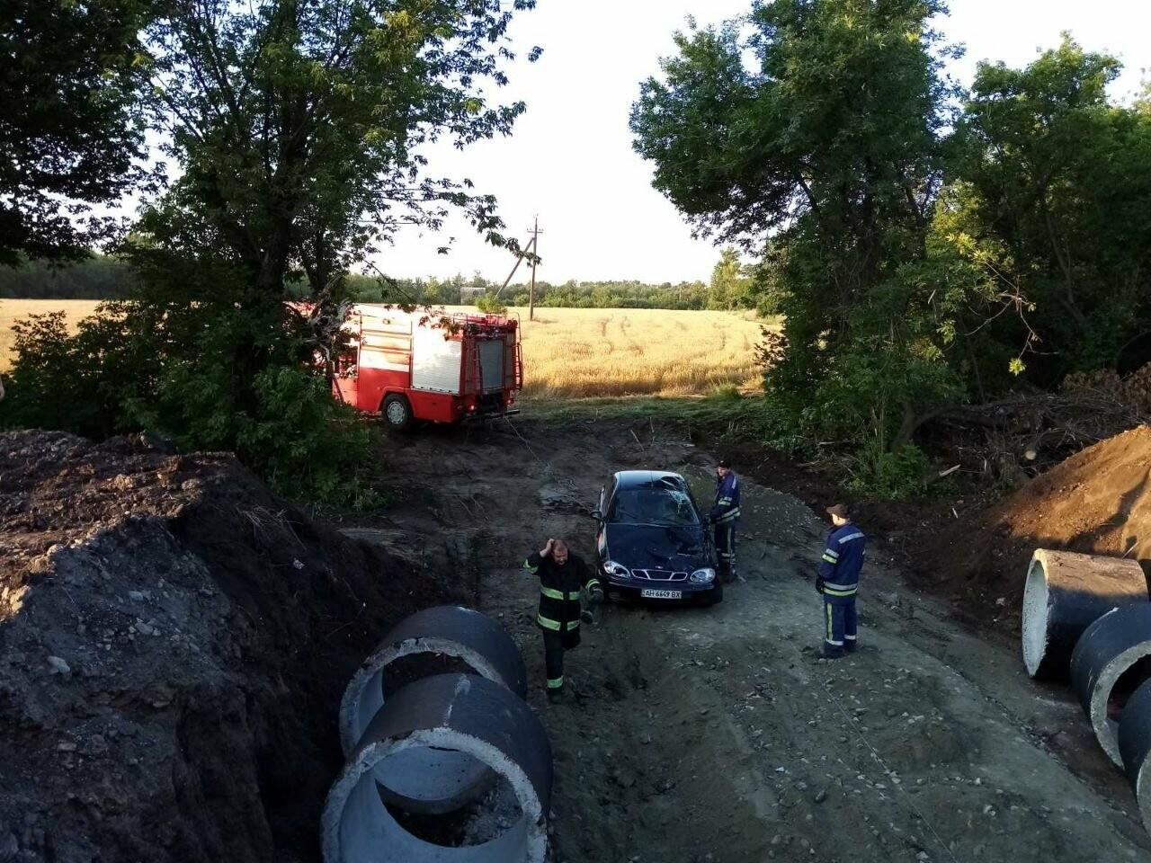 Между Покровском и Мирноградом автомобиль попал в дорожную ремонтную яму , фото-4