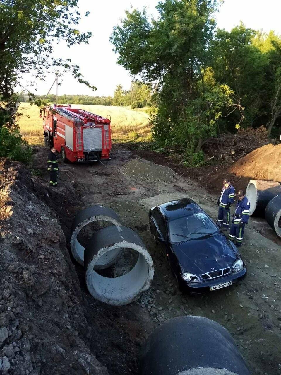 Между Покровском и Мирноградом автомобиль попал в дорожную ремонтную яму , фото-3