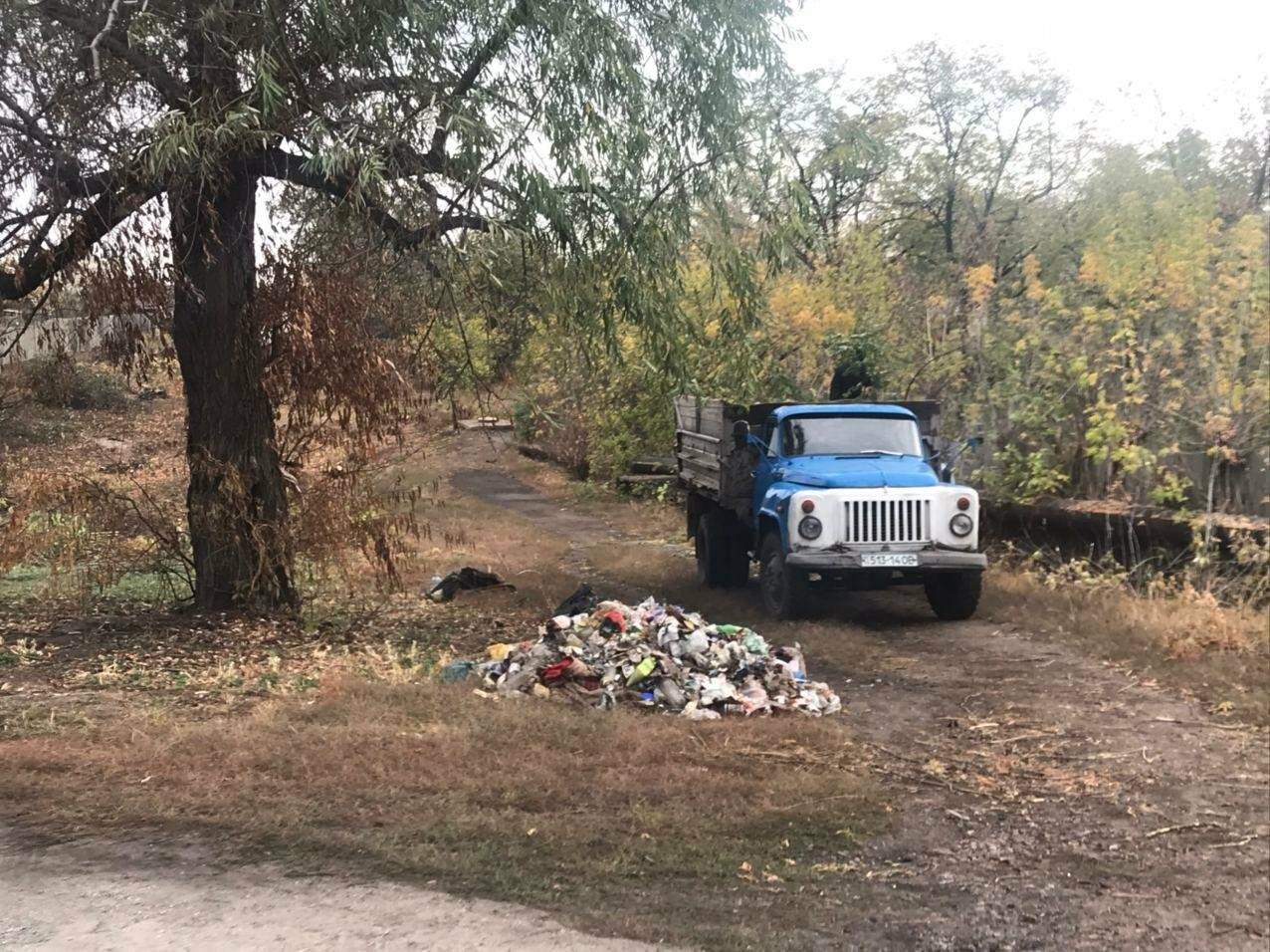 В Мирнограде комммунальщики взялись за очистку от мусора и кустарников пешеходной балки , фото-4