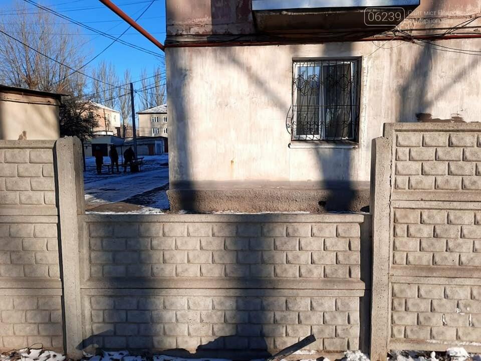 Неизвестные сломали ограждение у детского сада в Покровске, фото-1