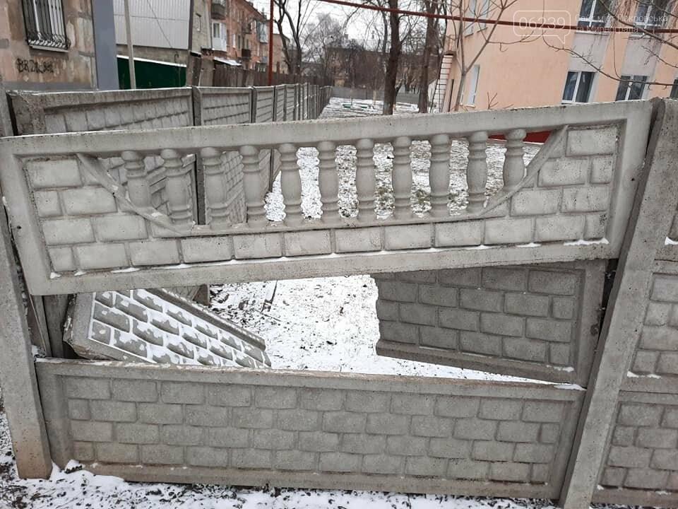 Неизвестные сломали ограждение у детского сада в Покровске, фото-2