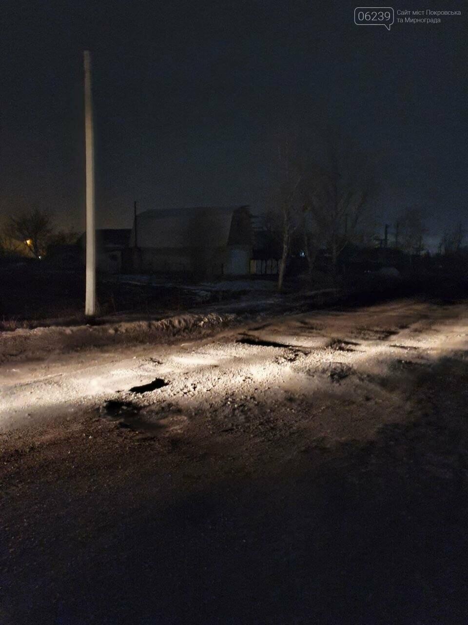 Попал в яму — сам виноват: копы составили протокол на водителя из Покровска, который, въехав в яму, повредил авто, фото-1