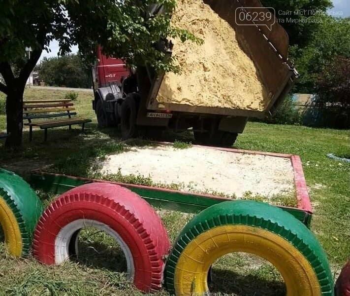 На дитячі майданчики Покровська та Родинського продовжують завозити пісок, фото-1